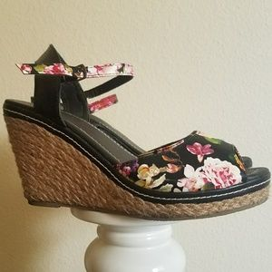 Cute floral wedges size 8